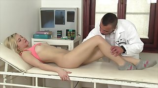 Zazie Skymm gets her cunt fucked and licked in the doctor's office