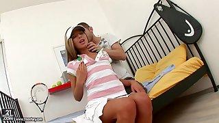 Skilled dude finger fucks teen's pussy before hardcore pounding